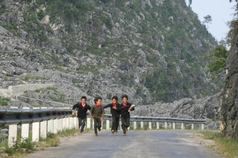 Những cậu học sinh chạy tung tăng trên đường đèo Mã Pí Lèng