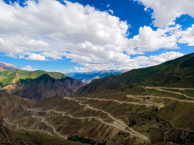 Cao tốc Tứ Xuyên - Tây Tạng trải dài qua hơn chục ngọn núi