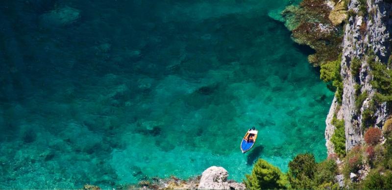 Nước biển trong xanh tại Capri