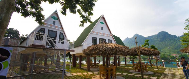 Thiết kế ngôi nhà khá độc đáo, ngôi nhà mái cao hình tam giác có các trụ gỗ