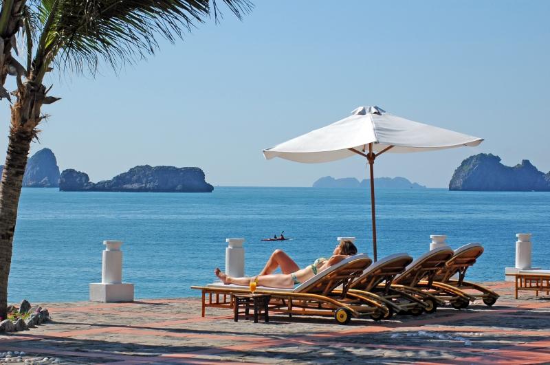Bờ biển Cát  Bà - điểm du lịch hấp dẫn du khách