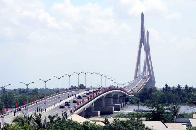 Cầu Cần Thơ bắt qua sông Hậu, nối liền tỉnh Vĩnh Long và thành phố Cần Thơ