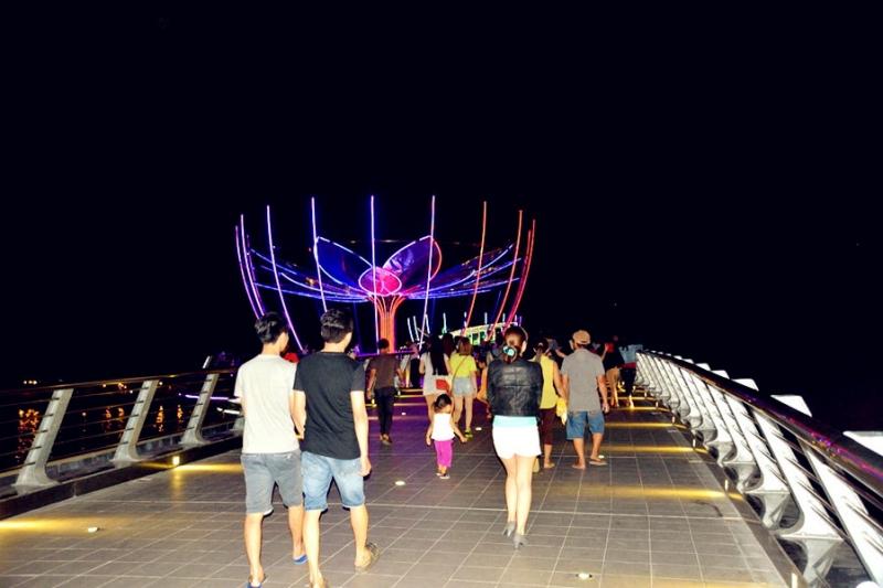Cầu đi bộ là địa điểm thu hút rất đông bạn trẻ đến vào ban đêm