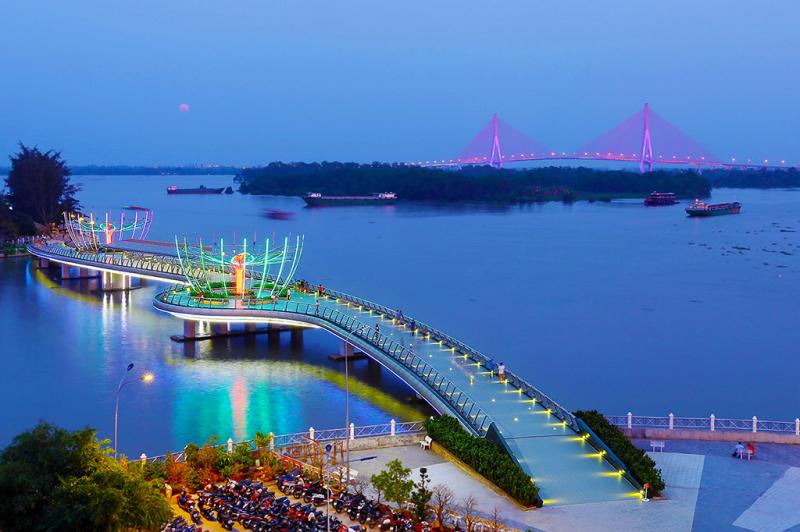 Cầu đi bộ Cần Thơ rực rỡ về đêm