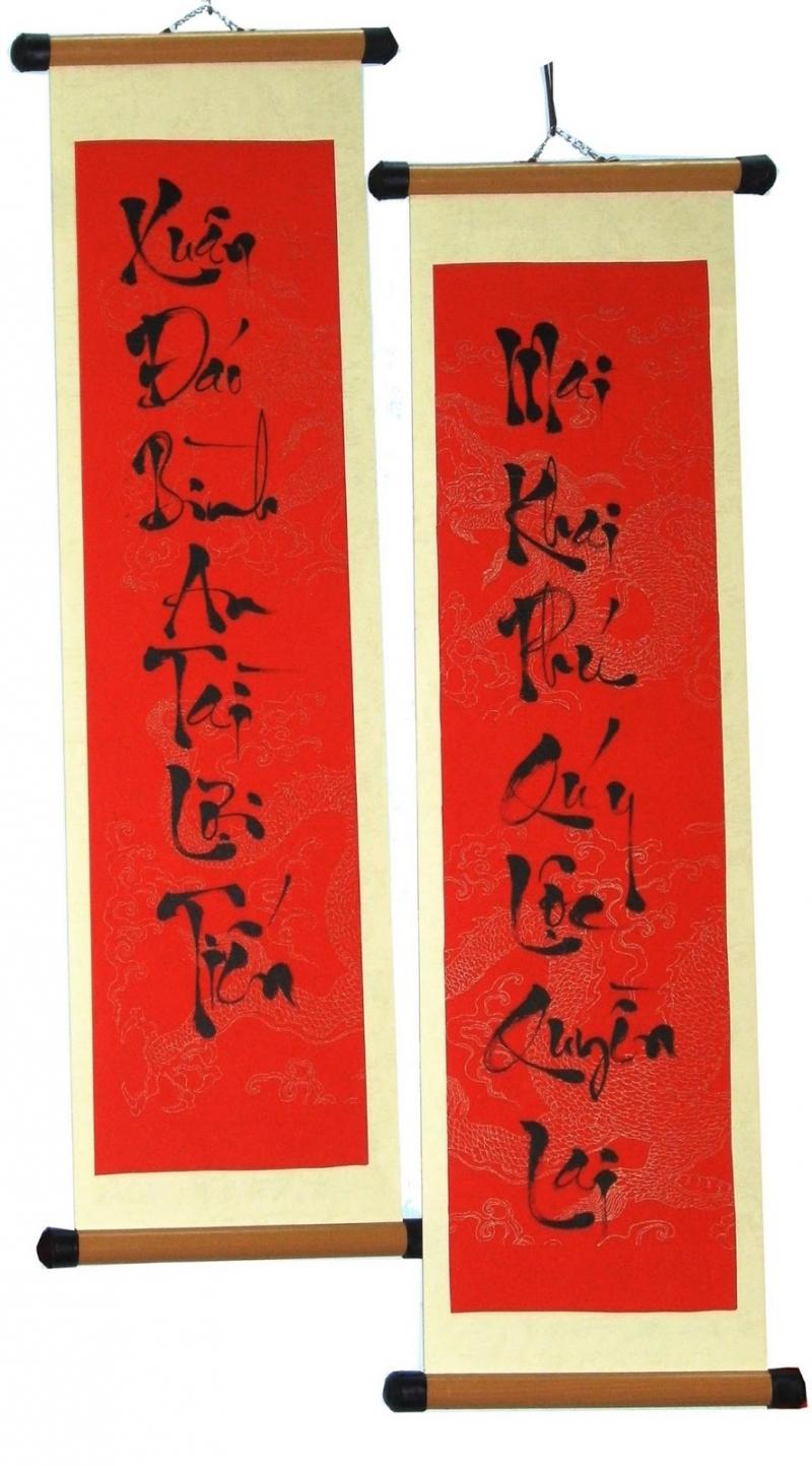 Câu đối thường được viết bằng chữ nho, mực đen trên nền giấy đỏ