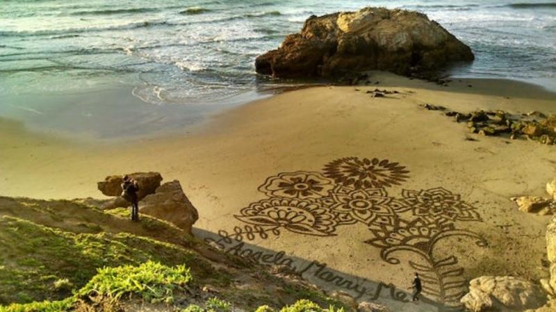 Cầu hôn bằng hình vẽ trên cát.