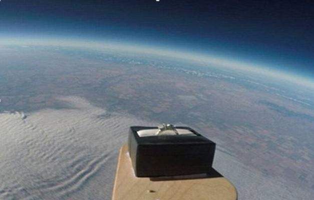 Nhẫn cầu hôn ở rìa không gian ngoài Trái Đất