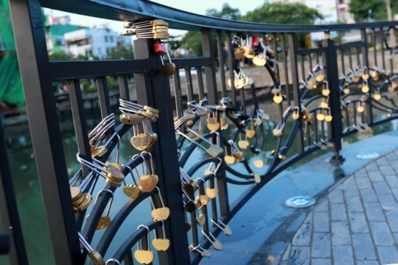 Hai bên thành cầu có rất nhiều ổ khóa như minh chứng cho tình yêu của các cặp đôi.