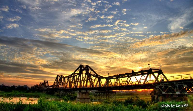 Trải qua bao lần đổi thay tu sửa, nhưng nhịp cầu Long Biên vẫn mang trong mình vẻ đẹp hoài niệm cổ xưa từ trăm năm nay.
