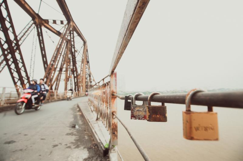Long Bien Bridge - Bridge carrying love