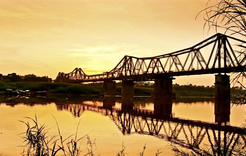 Vẻ đẹp thơ mộng, cổ điển của cầu Long Biên