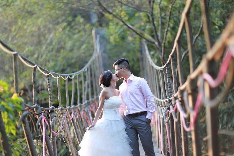 Trao nhau những nụ hôn nồng thắm tại cầu Mây sẽ tạo cho bộ ảnh cưới của bạn thêm lung linh