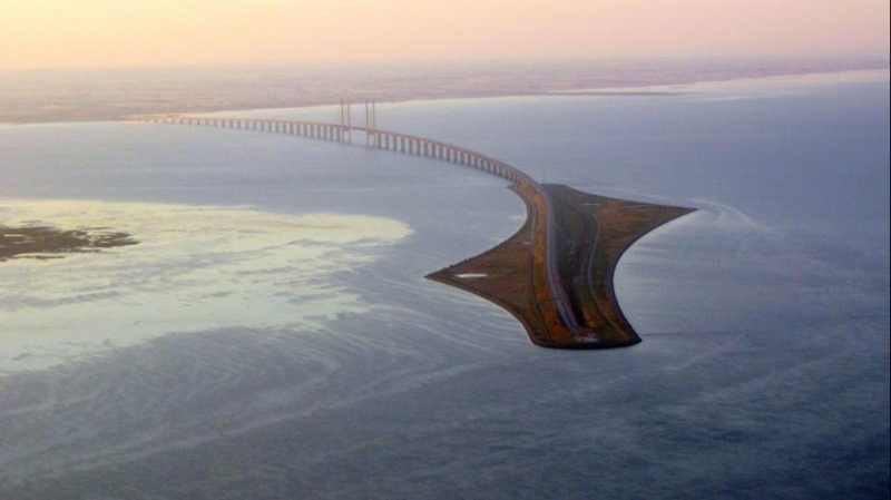 Khi nhìn thấy hình ảnh cây cầu bạn sẽ thấy kỳ lạ pha chút ngạc nhiên khi thấy đột nhiên cây cầu biến mất giữa lòng biển khơi.