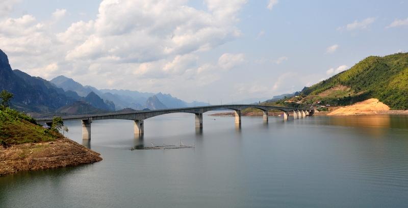 Cầu Pá Uôn chạy dài với những trụ bê tông vững chắc