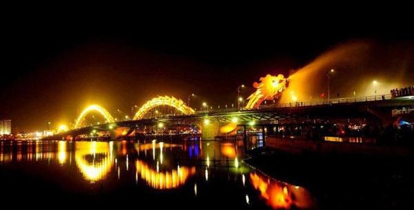 Cầu Rồng rực sáng trong đêm tạo nên bức tranh huyền áo