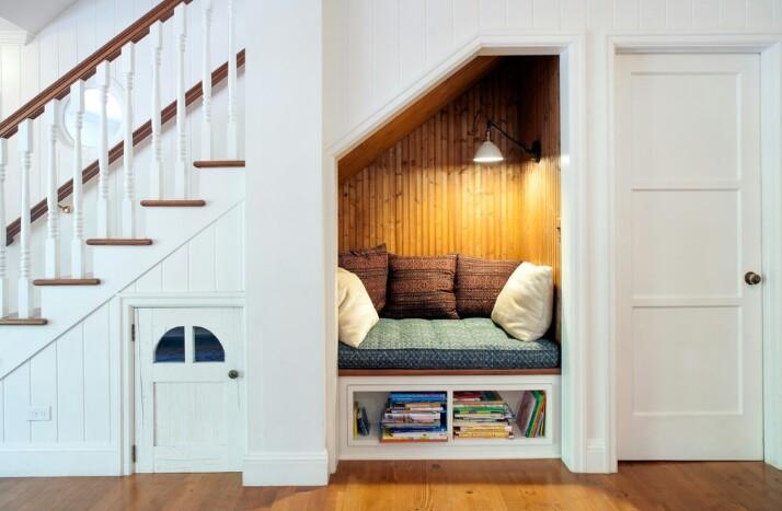 Cầu thang kết hợp kho, phòng đọc, nhà vệ sinh
