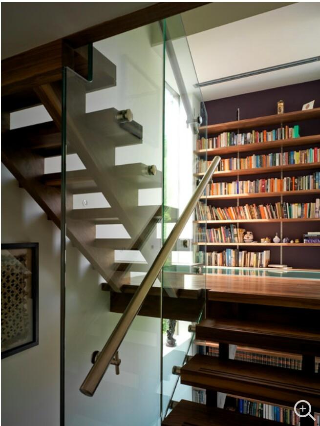 Hãy tận dụng bậc thang lớn nhất trong nhà mình để thiết kế một kệ sách thật đẹp