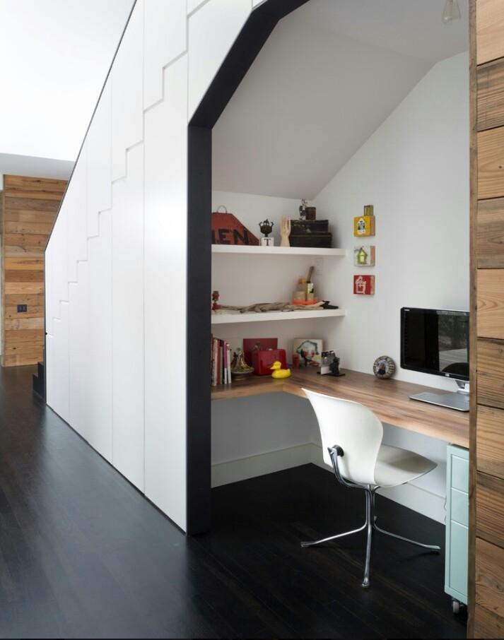 Dưới gầm cầu thang, bạn có thể thiết kế hẳn một phòng làm việc nhỏ