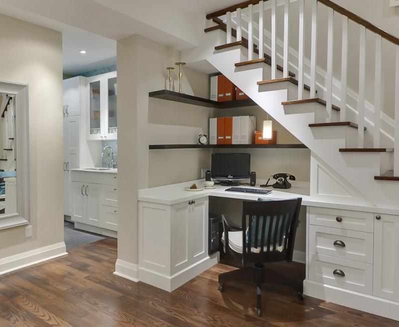 Bạn đã từng nghĩ ra ý tưởng sẽ đặt bàn làm việc ở dưới gầm cầu thang?
