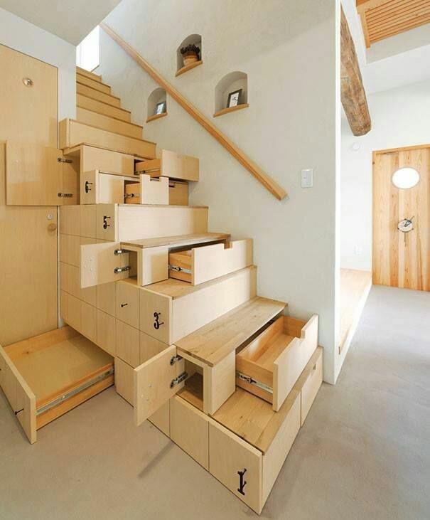 Bạn đã bao giờ nghĩ sẽ dùng từng bậc cầu thang để làm tủ đựng đồ chưa?