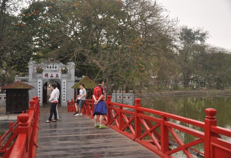 Cầu Thê Húc trông xa như một con tôm lớn