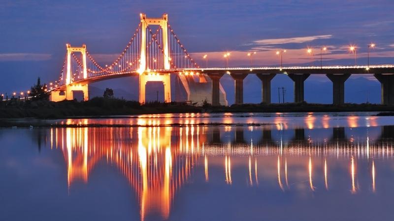 Cầu Thuận Phước như một nàng công chúa mỹ miều, rực rỡ đèn in bóng xuống sông Hàn.