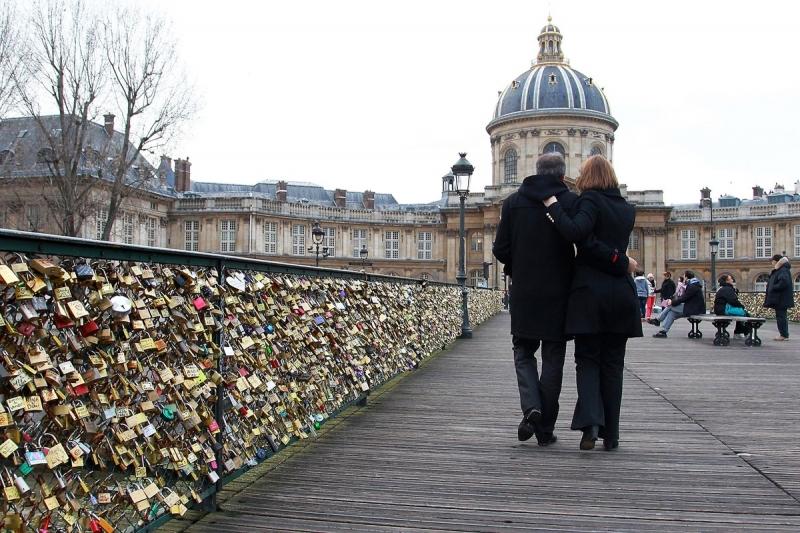 Các cặp tình nhân cùng nhau dạo trên cầu