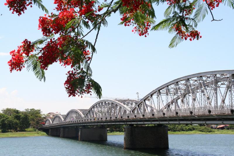 Cầu Trường Tiền mang nặng bao tâm tình của người dân xứ Huế và chất chứa bao nỗi niềm của du khách khắp nơi khi có dịp ghé thăm