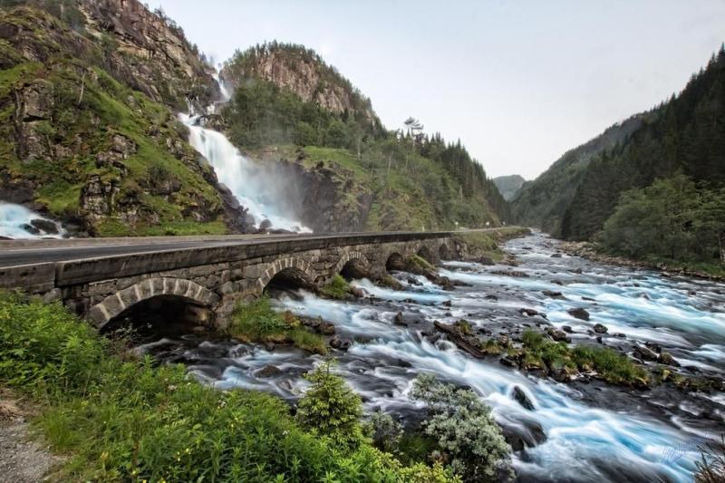 Cây cầu cổ bắc qua thác nước Latefossen