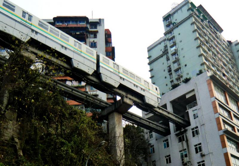 """Cây cầu """"xuyên"""" qua tòa nhà ở Trung Quốc"""