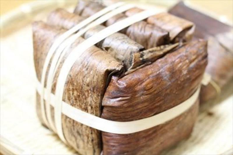 Lá chuối khô còn được dùng để gói bánh