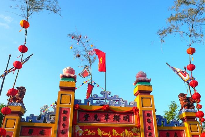 Hình ảnh cây nêu rực rỡ sắc màu trong dịp Tết