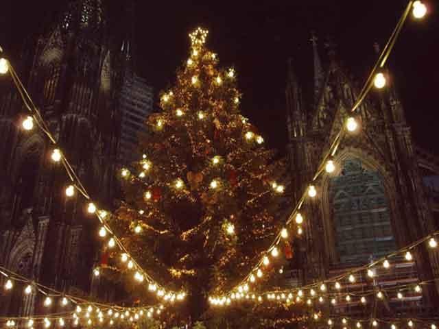 Cây thông Noel được trang trí nhiều đèn nhất