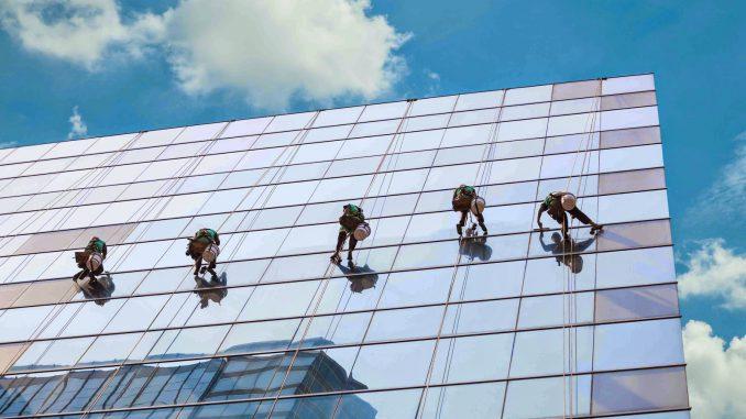 Top 7 dịch vụ lau kính tòa nhà uy tín, chuyên nghiệp nhất tại Hà Nội