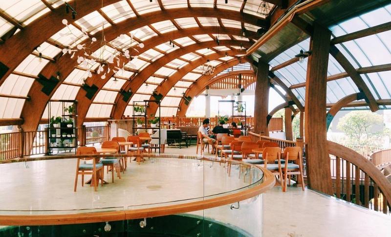 """Lối kiến trúc giống kiểu tổ chim với những mái vòm bằng gỗ, nhìn rất """"tây"""""""