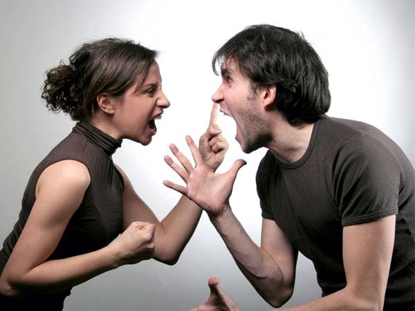 Cha mẹ không nên nổi cáu trước mặt con cái.
