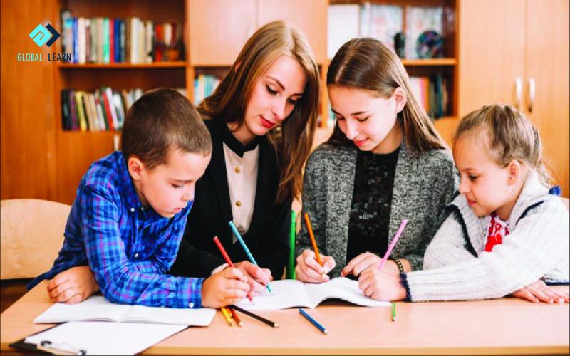 Các bạn chăm học thường sẽ có tác động rất tốt đến tính lười biếng của con.