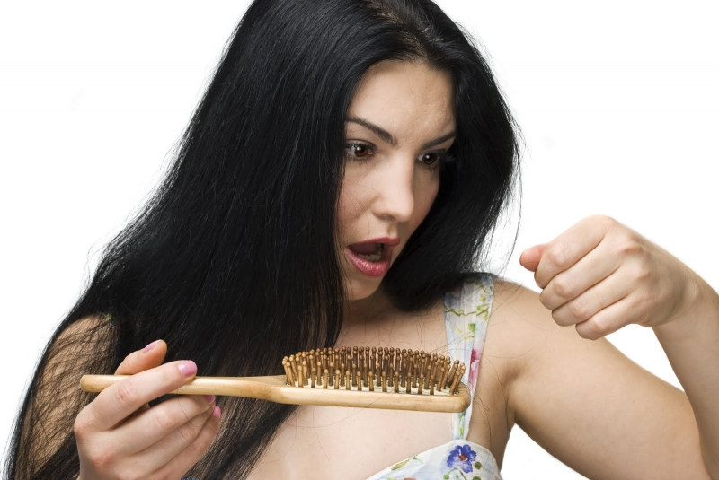 Chải tóc thường xuyên một cách thô bạo