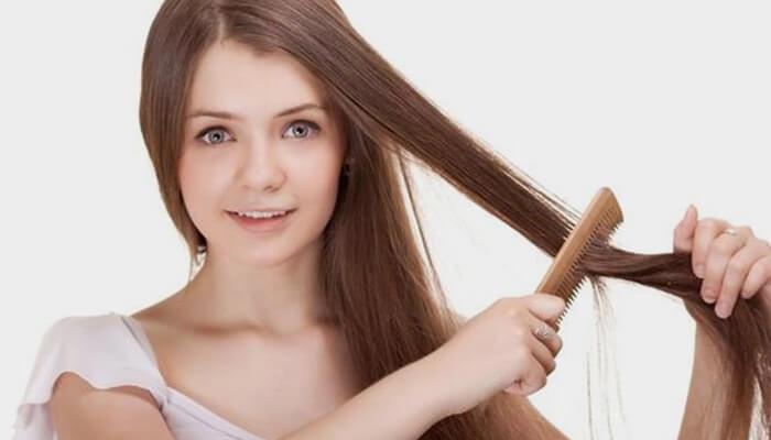 Chải tóc trước khi gội và không chải mạnh khi tóc ướt