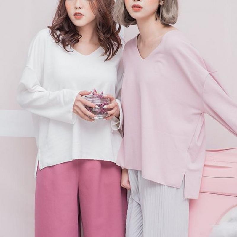 Pull trơn cổ v (đen,hồng,trắng,xanh) của Chalets Shop - Kim Mã có giá 170.00 VNĐ