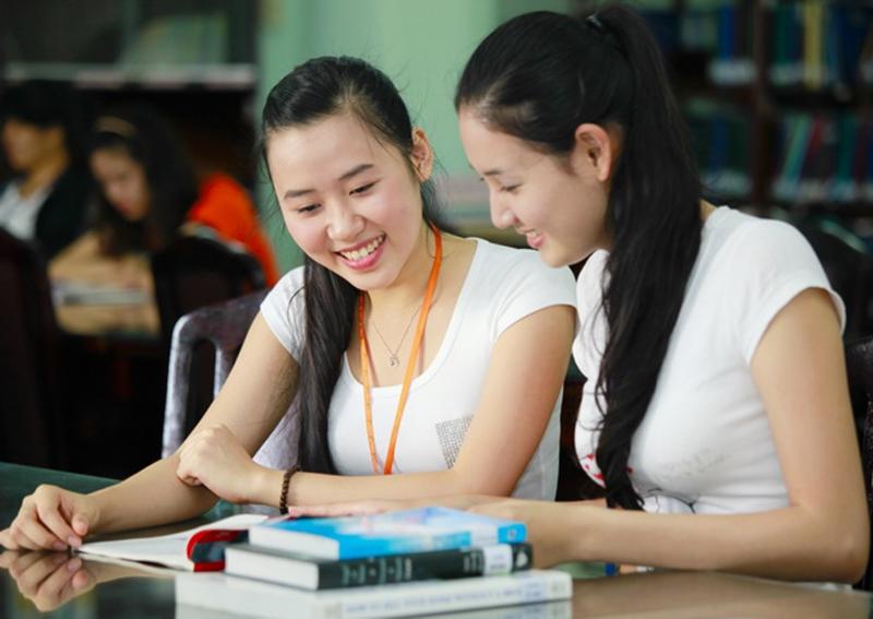 Luyện tập nói chuyện với bạn bè để nâng cao kĩ năng giao tiếp