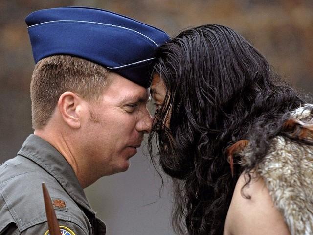 Chạm nhẹ mũi (Maori)