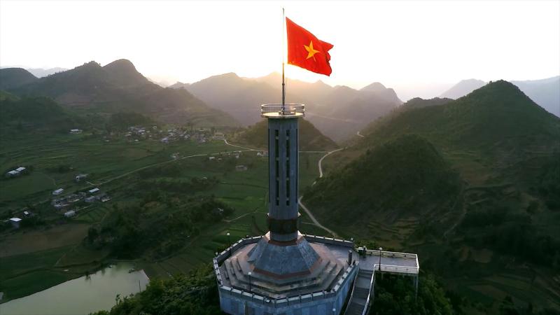 Cột cờ Lũng Cú sừng sững giữa núi rừng Hà Giang