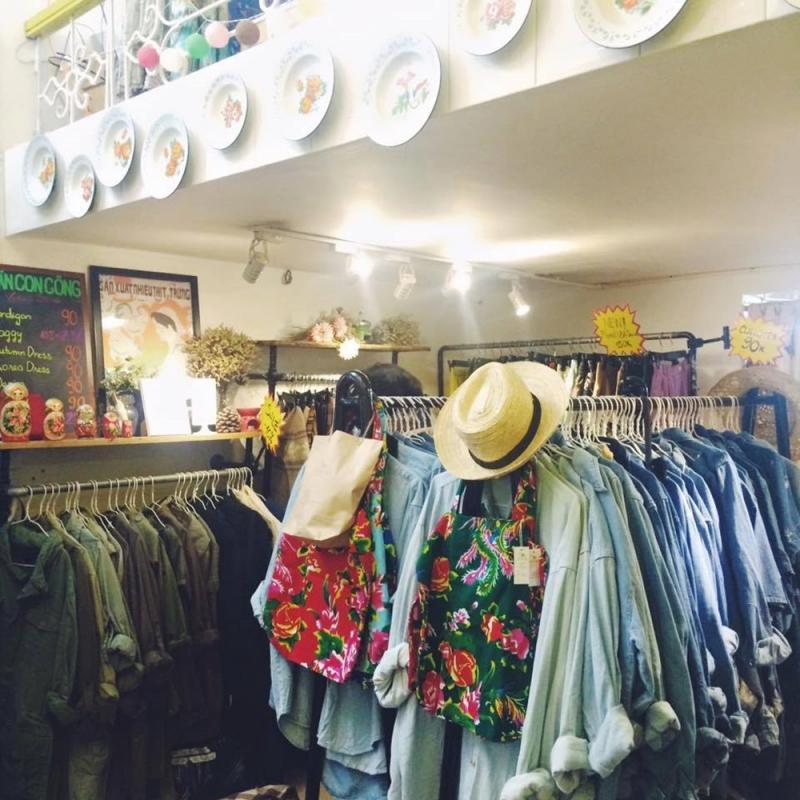 Một số loại  túi xách, quần áo tại Chăn Con Công