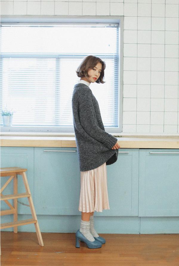 Áo len dáng rộng kết hợp với chân váy dài
