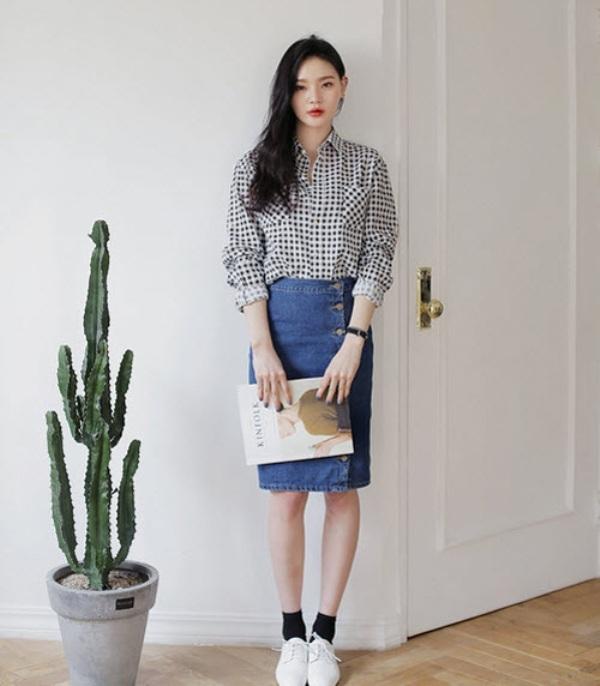 Kết hợp chân váy denim với áo sơ mi sẽ khiến bạn trở nên năng động và khỏe khoắn hơn.
