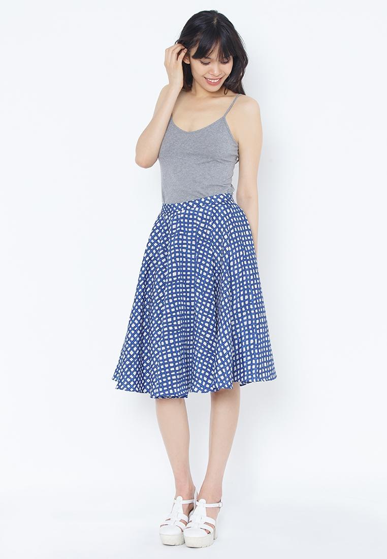 Chân váy họa tiết và áo hai dây lựa chọn hoàn hảo cho cô nàng nữ tính
