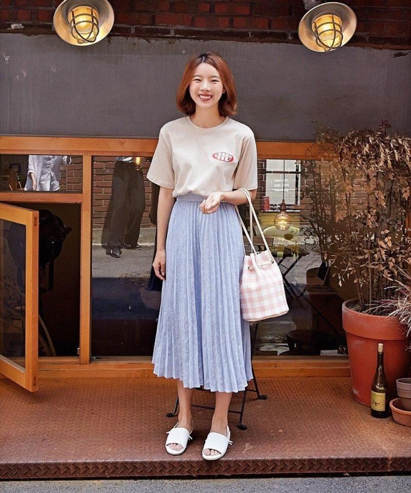 Chân váy midi và áo thun dài tay