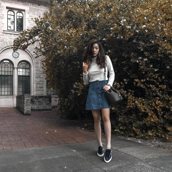 Vẫn là chiếc áo thun len cơ bản nhưng bạn cũng có thể kết hợp chúng cùng chân váy đính nút jean và để set đồ hoàn hảo hơn thì những phụ kiện đi kèm cũng đóng vai trò rất quan trọng như túi xách và giày thể thao năng động