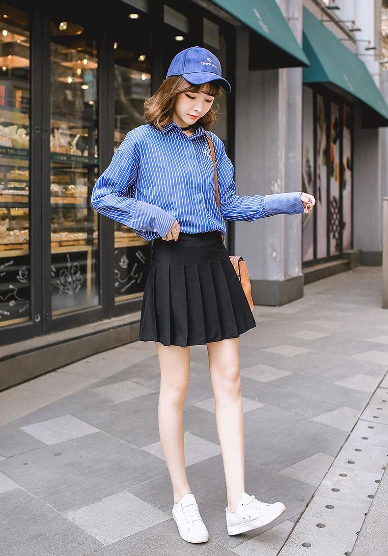 Phong cách năng động hơn khi kết hợp chân váy xòe với giày thể thao